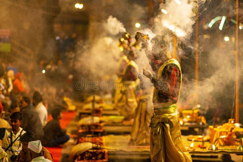 Cérémonie de masse indoue à Varanasi image stock