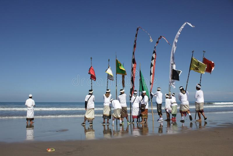 Cérémonie de Melasti à la plage de Bali photos stock