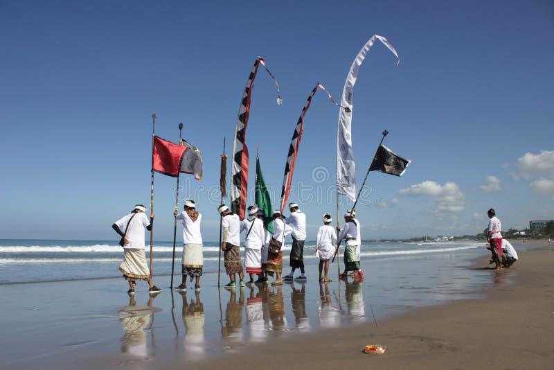 Cérémonie de Melasti à la plage de Seminyak image libre de droits