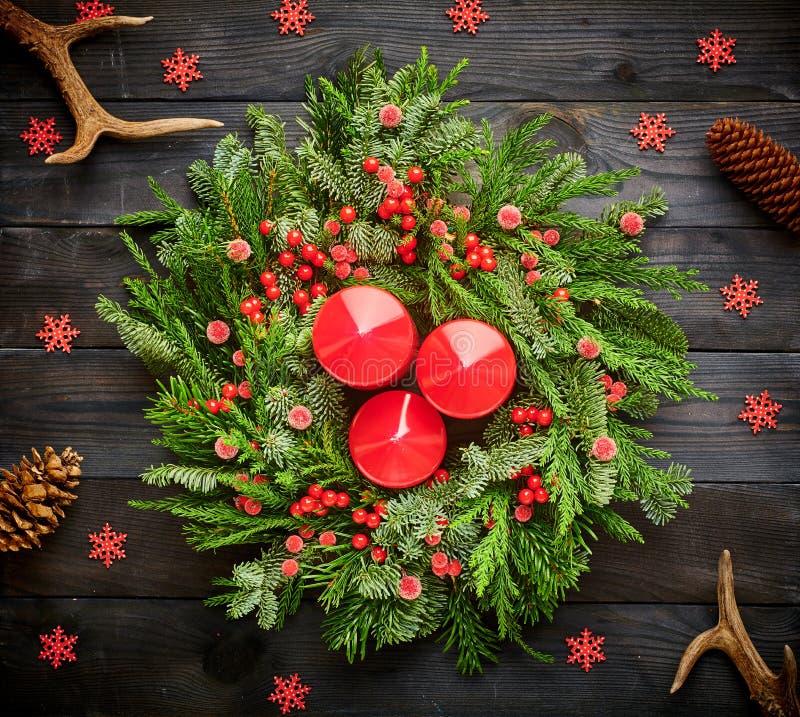Cérémonie de Noël et bougies sur fond de bois photos stock