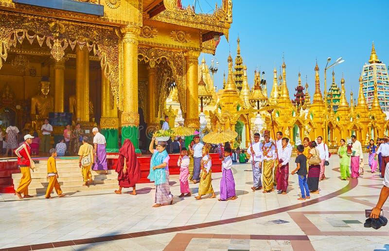 Cérémonie de Novitiation de jeunes samaneras dans Shwedagon, Yangon, mon images libres de droits