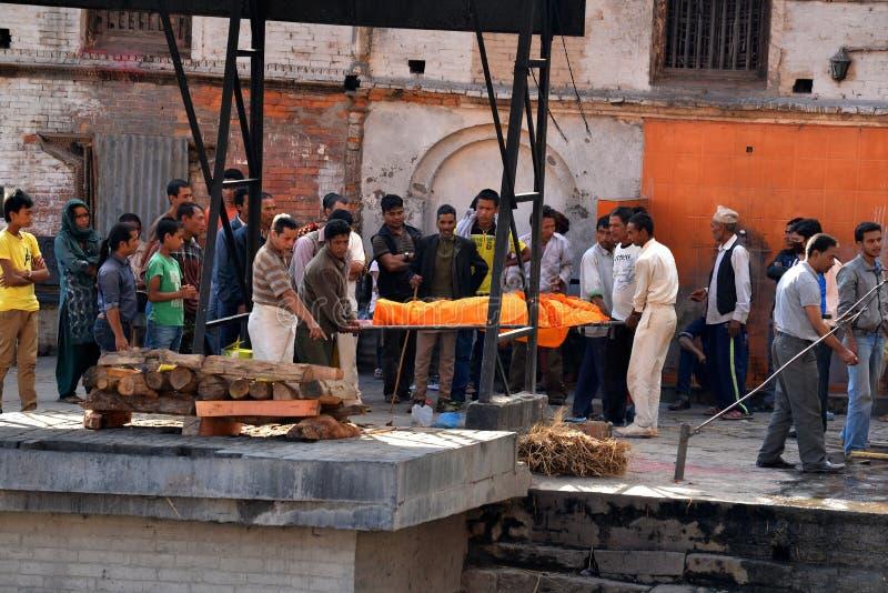 Cérémonie humaine d'incinération dans Pashupatinath, Népal photos stock