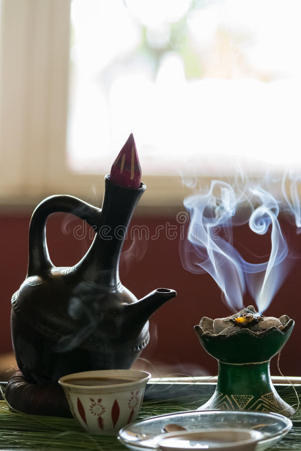 Cérémonie traditionnelle éthiopienne de café image stock
