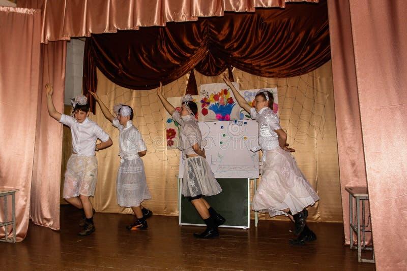 Cérebro-anel intelectual do jogo e concerto divertido dos alunos em uma escola rural na região de Kaluga em Rússia imagens de stock royalty free