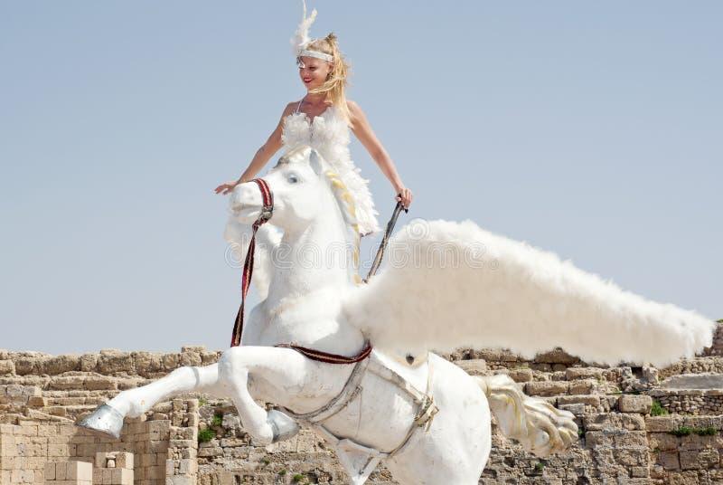 CÉSARÉE - 4 MARS : Les célébrations de Purim défilent, fille sur un cheval dans Ceasearea, Israël le 4 mars 2015 photographie stock libre de droits