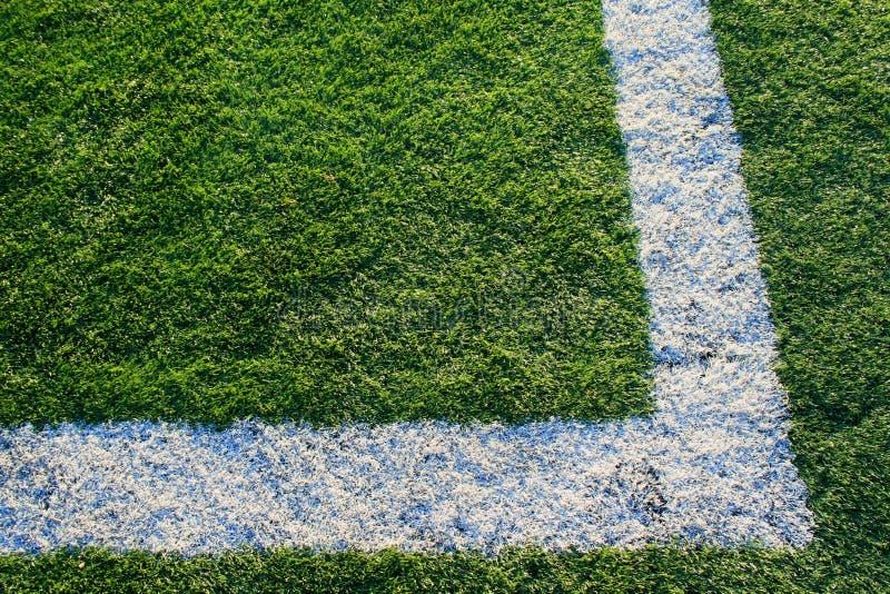 Césped artificial en un campo de deportes imagenes de archivo
