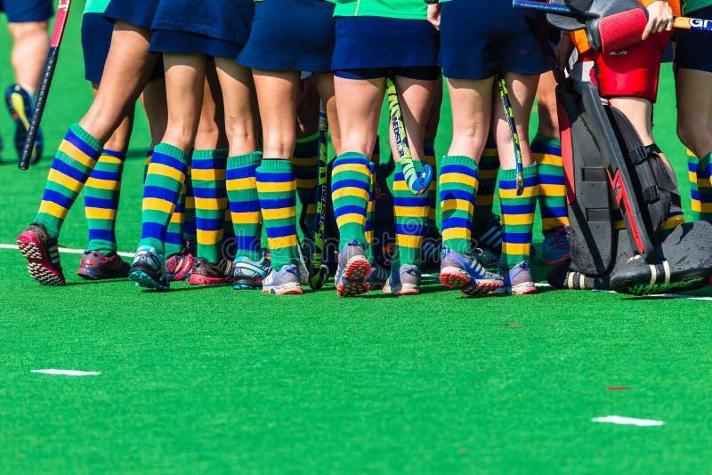 Césped de Astro de los colores de los calcetines de los zapatos de las muchachas del hockey foto de archivo libre de regalías