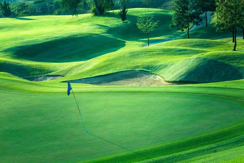 Césped hermoso y putting green, campo de golf del campo de golf en Tailandia imagen de archivo libre de regalías