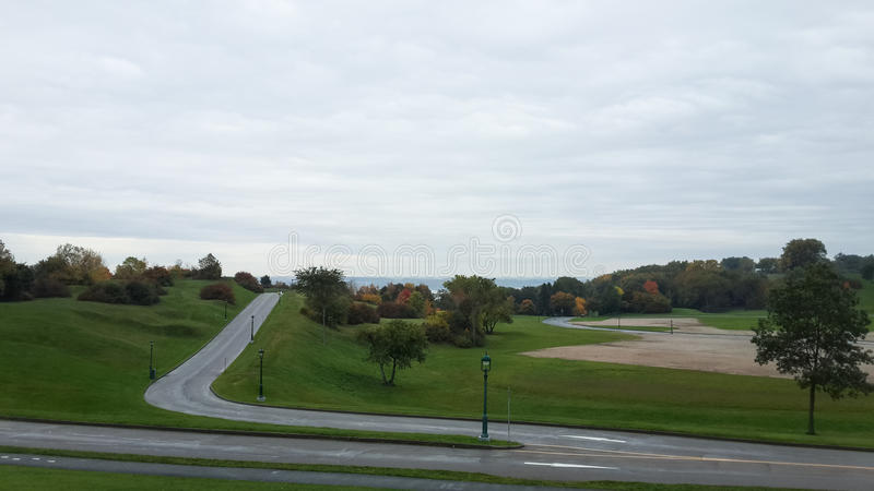 Césped verde, parque de la ciudad, otoño, Quebec, Canadá imagenes de archivo