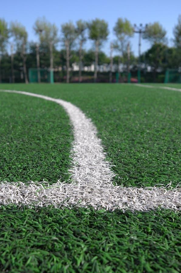 Céspedes artificiales del pequeño patio del fútbol fotos de archivo