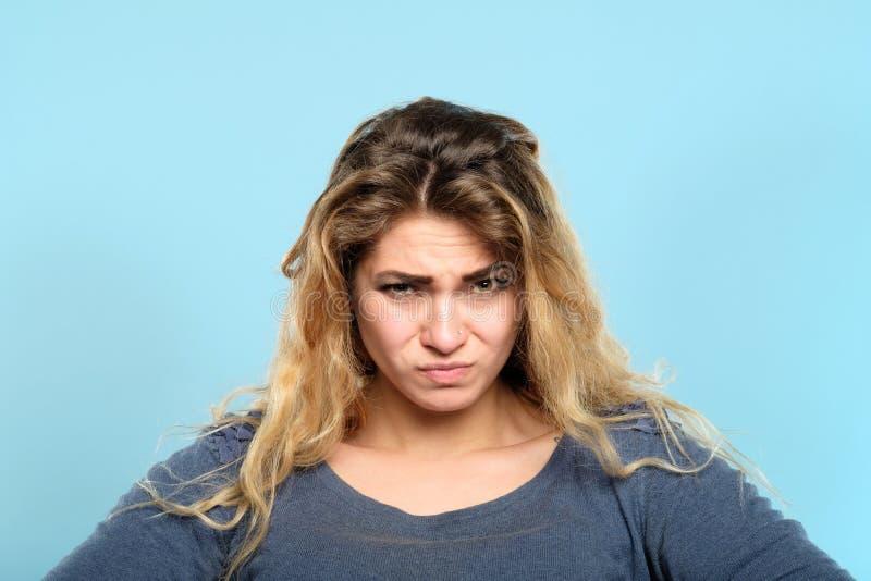 Cético suspeitoso expressão descontentada da mulher fotos de stock