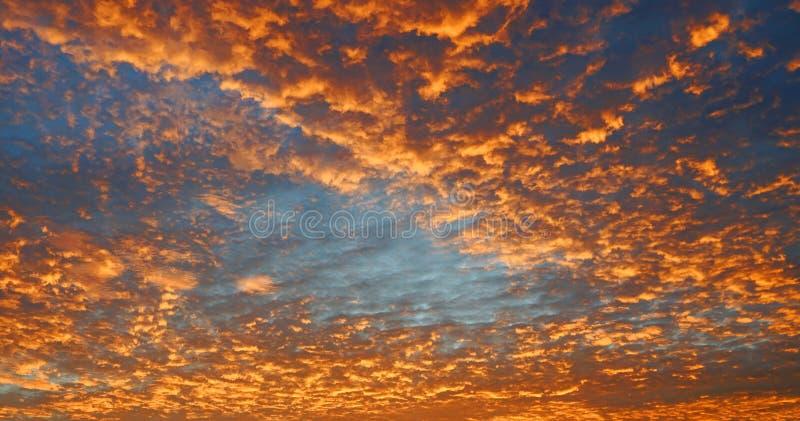 Céu alaranjado colorido dramático da cor com as nuvens no por do sol fotografia de stock royalty free