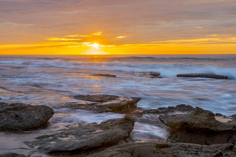 Céu alaranjado do por do sol de La Jolla fotos de stock royalty free