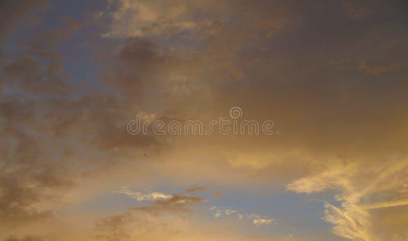 Céu alaranjado impetuoso bonito do por do sol imagem de stock royalty free