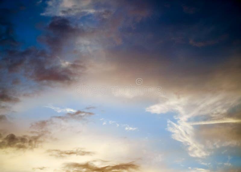 Céu alaranjado impetuoso bonito do por do sol fotografia de stock royalty free
