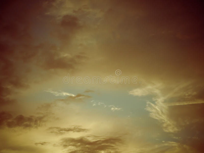 Céu alaranjado impetuoso bonito do por do sol fotos de stock royalty free