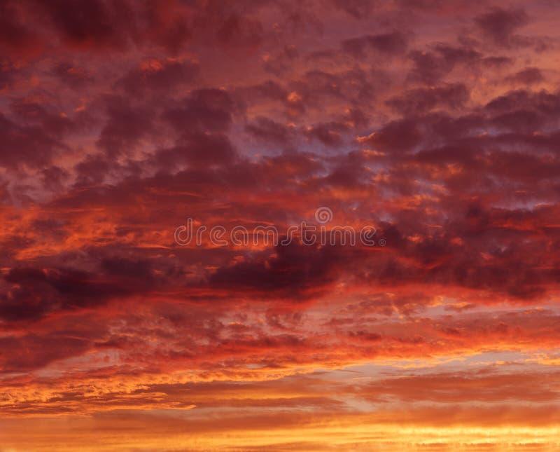 Céu alaranjado vermelho flamejante no crepúsculo da noite, por do sol alaranjado, por do sol colorido, foto eartistic do crepúscu imagens de stock