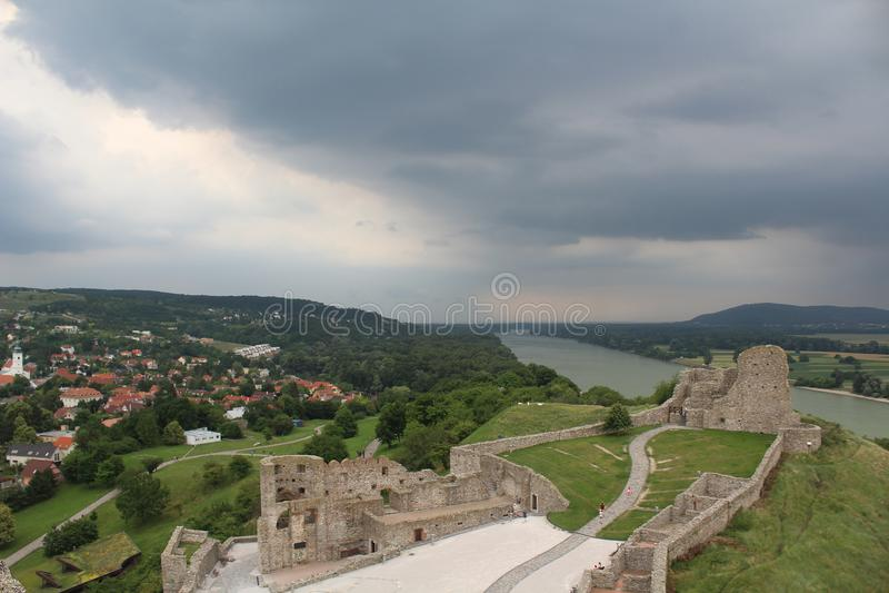 Céu antes da tempestade - nuvens pesadas acima das ruínas de um castelo medieval fotos de stock