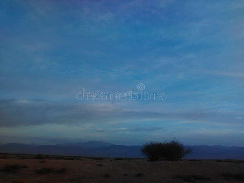 Céu azul à terra imagens de stock royalty free