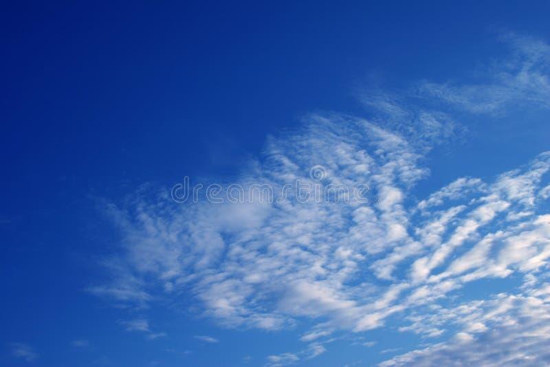 Download Céu azul 2 foto de stock. Imagem de azul, céu, puffy, velvety - 537486