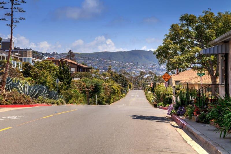 Céu azul acima da borda da estrada da movimentação de Hillcrest no Laguna Beach imagem de stock royalty free