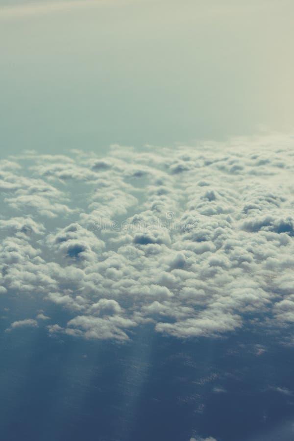 Céu azul acima da nuvem macia branca, fundo do cloudscape, vista franco imagem de stock royalty free
