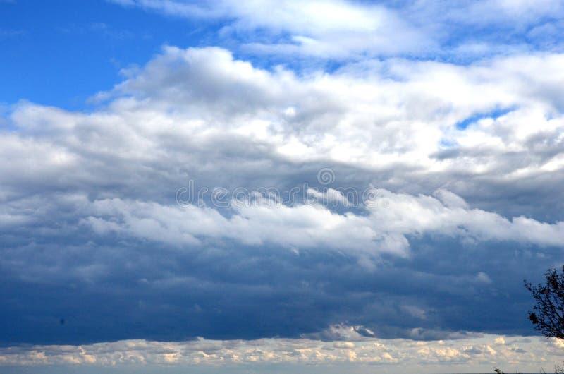 Céu azul bonito, céus claros, nuvens macias brancas, fenômenos naturais fotografia de stock royalty free