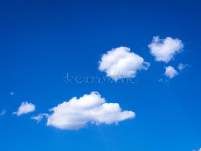 Céu azul bonito com fundo das nuvens Céu com o azul da nuvem da natureza do tempo das nuvens Céu azul com nuvens e sol imagens de stock