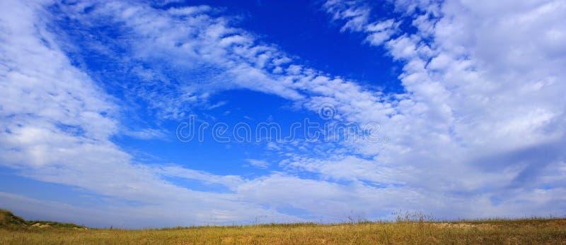 Céu azul brilhante imagens de stock royalty free