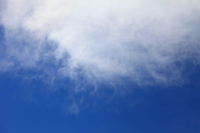 Céu azul brilhante com formação crescente bonita macia branca da nuvem no dia ensolarado para o fundo e o papel de parede do proj fotografia de stock