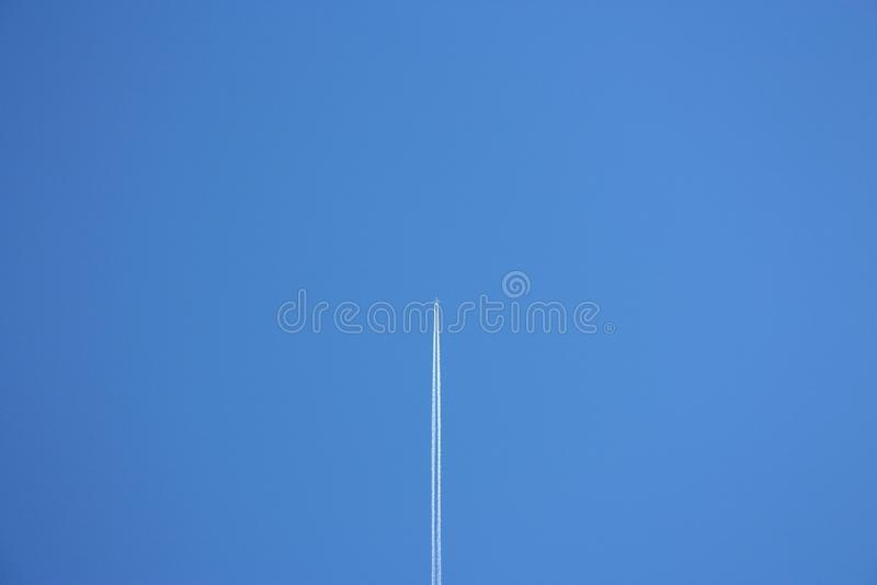 Céu azul claro imenso e um plano fotos de stock