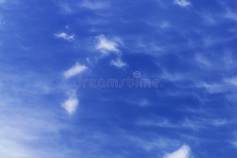 Céu azul com algumas nuvens imagem de stock royalty free
