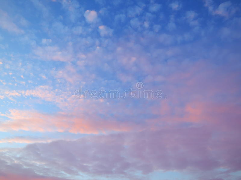 Céu azul com as nuvens cor-de-rosa e roxas fotos de stock