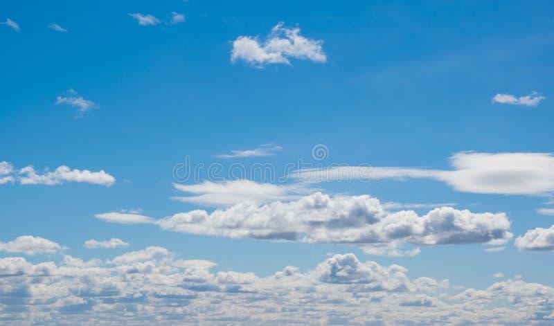 Céu azul com as nuvens, exteriores foto de stock