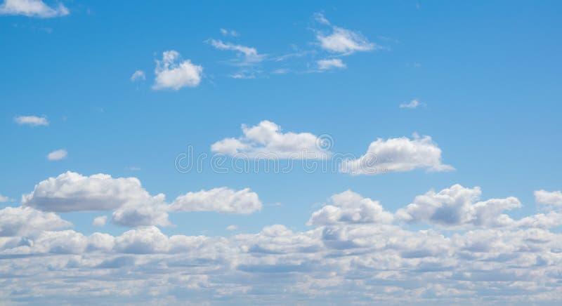 Céu azul com as nuvens, exteriores foto de stock royalty free