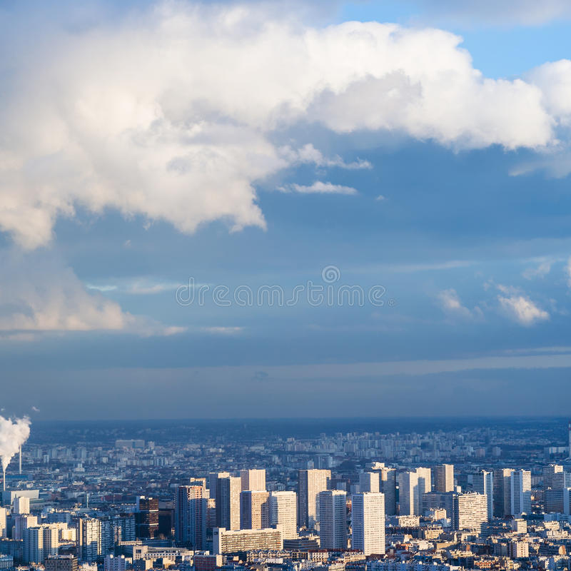 Céu azul com as nuvens sobre casas urbanas em Paris foto de stock
