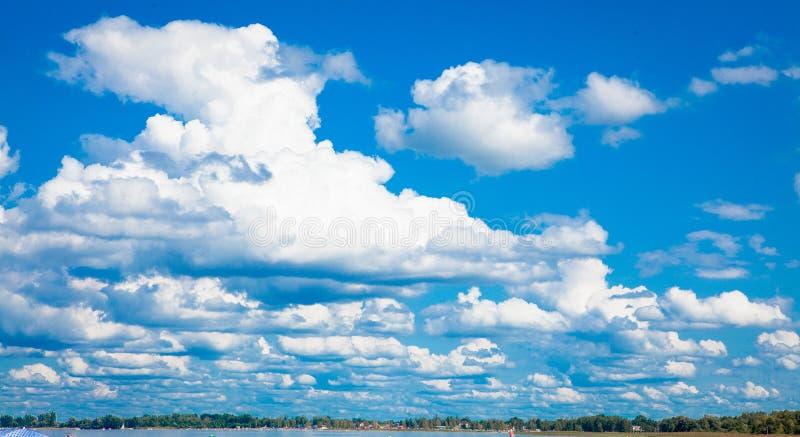 Céu azul com as nuvens sobre o lago Svatyaz fotografia de stock royalty free