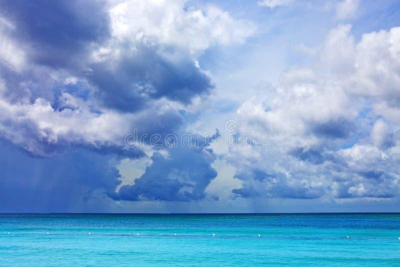 Céu azul com as nuvens sobre o mar das caraíbas fotos de stock