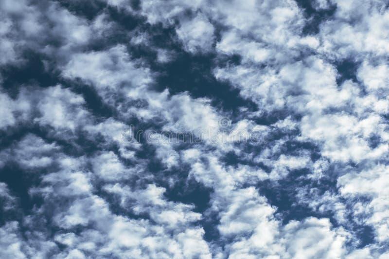 Céu azul com close up da nuvem imagem de stock