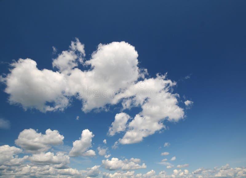 Céu azul com close up da nuvem foto de stock royalty free