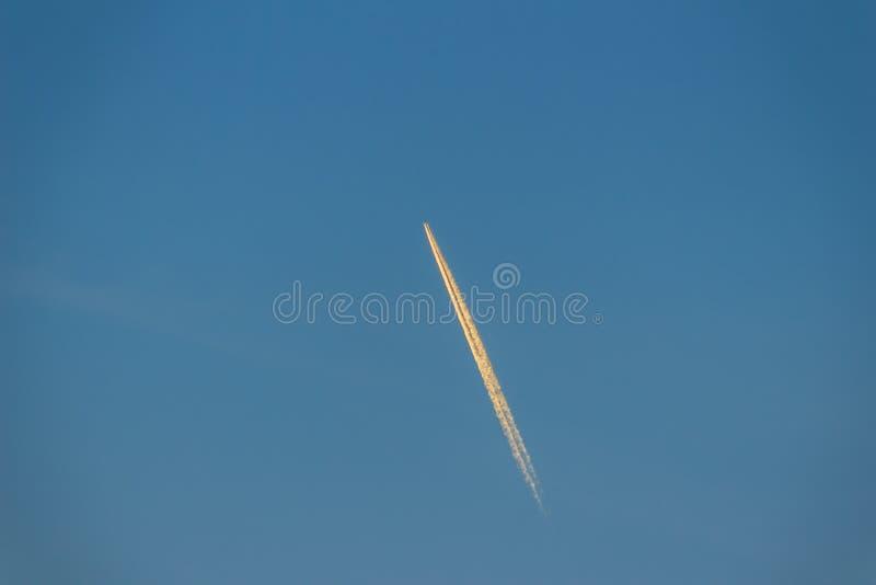 Céu azul com contrail do fumo de um foguete ou de um avião Cl branco foto de stock royalty free
