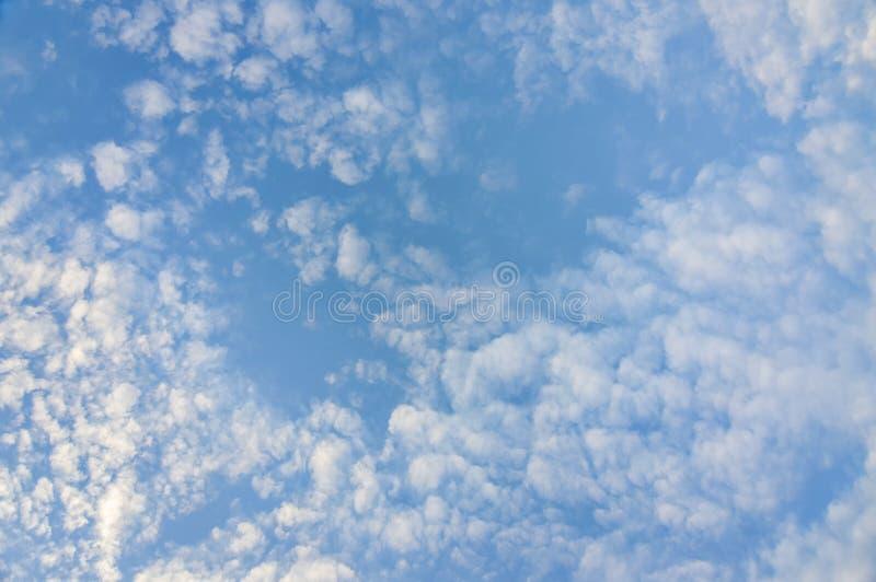 Céu azul com dia da nuvem imagem de stock royalty free