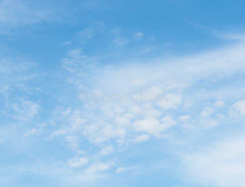 Céu azul com fundo das nuvens foto de stock