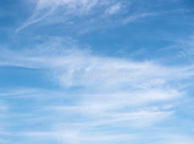 Céu azul com fundo das nuvens foto de stock royalty free