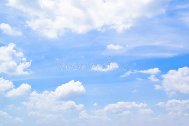 Céu azul com fundo 180907 0074 das nuvens foto de stock royalty free