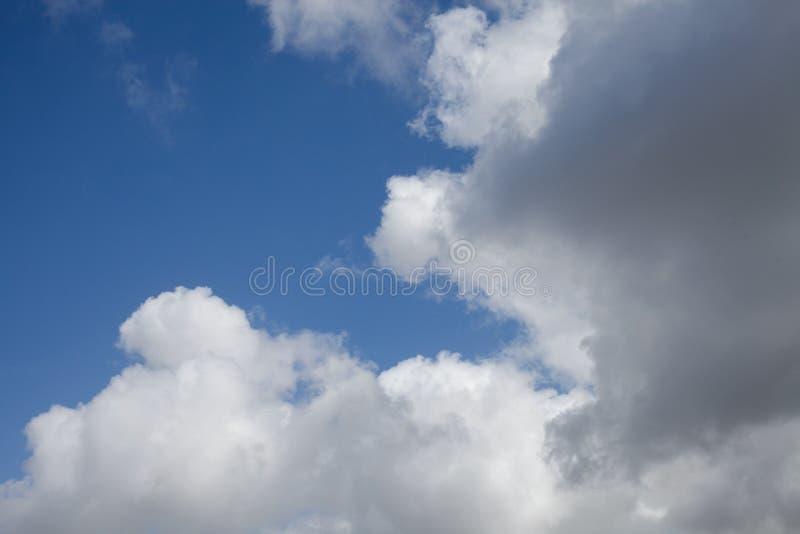 Céu azul com fundo das nuvens Cloudscape Nuvens macias bonitas no fundo do céu azul Fundo abstrato da nuvem fotografia de stock