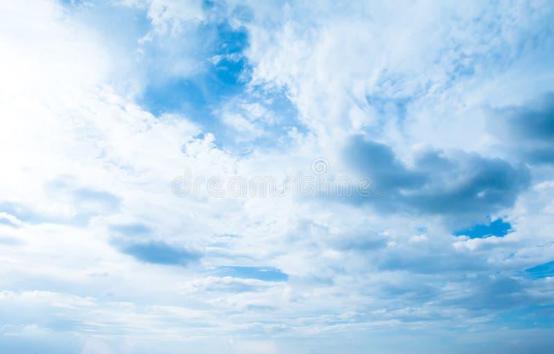 Céu azul com fundo das nuvens Nubla-se o céu azul Céu com weath das nuvens imagem de stock