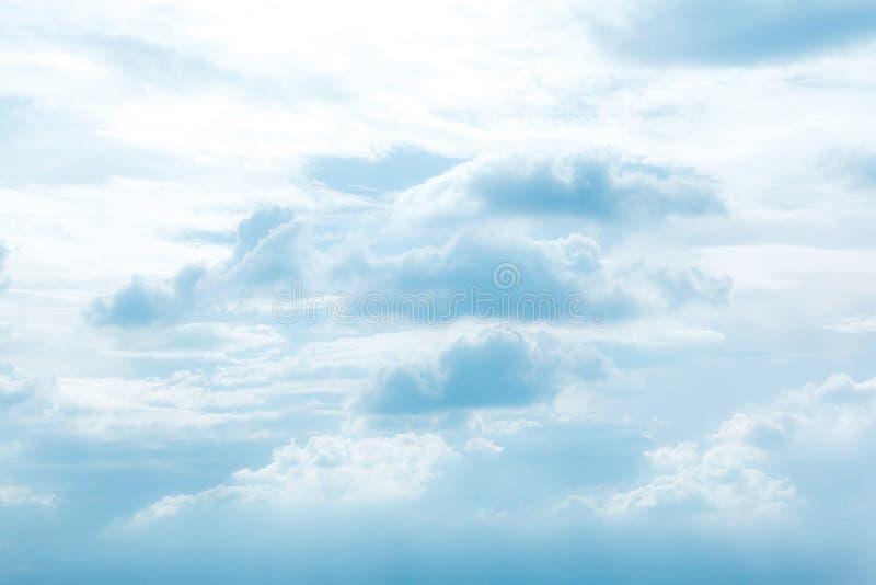 Céu azul com fundo das nuvens Nubla-se o céu azul Céu com weath das nuvens imagens de stock