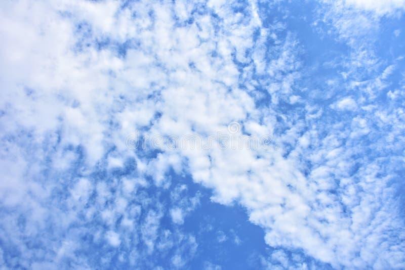 Céu azul com fundo dos clounds fotografia de stock