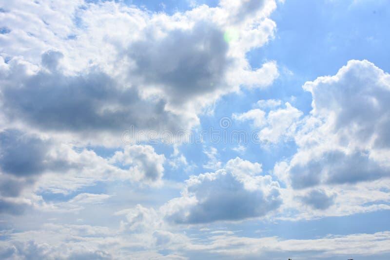 Céu azul com fundo dos clounds imagem de stock